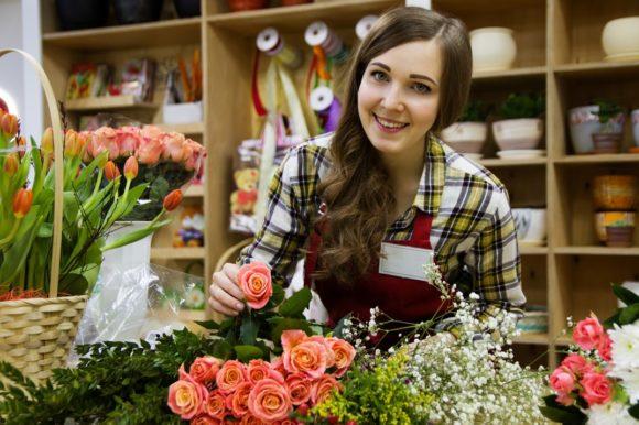 Säljare i blomsterbutik förför och förtrollar kunderna