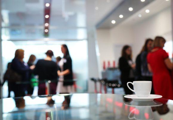 Kaffepaus på säljkonferens eller kick-off